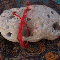 Wiedźmi kamień (hag stone), czyli magiczny kamień z dziurką